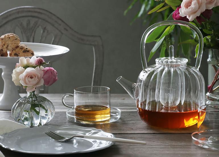 カジュアルな雰囲気のグラスやカップで楽しむコーディネート